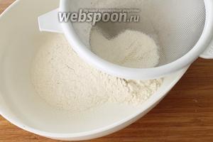 Сначала в отдельную миску просеять муку вместе с содой, добавить соль и перемешать сухие ингредиенты.