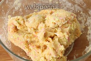 Получается вязкое, прилипающее к рукам тесто. Так и должно быть. Охладить тесто в холодильнике минут 15-20 минут.