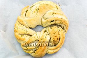 Хлеб-венок готов. Он очень нежный! Когда будете переносить хлеб в противня на решётку, не поломайте его. Остужаем. Приятного аппетита!