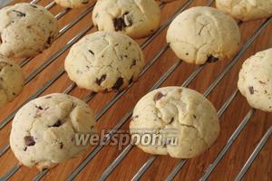 Важно не передержать печенья в духовке. Получаются красивые, похожие на шарики ванильного мороженого.