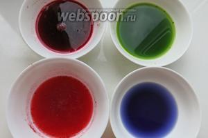 Получается краски, к соку свёклы и клюквы добавляем воду 1:2. Чем больше компонентов, разнообразие окраски яиц. Краски можно использовать для окрашивания вареных яиц.