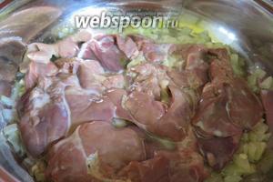 Выкладываем печенку без молока к поджаренному луку с чесноком, готовим до мягкости.