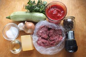 Подготовьте необходимые ингредиенты: молодые кабачки, консервированные томаты, фарш из индейки, лук, чеснок, соль, сахар, перец, петрушку, масло, 2 ст.л. оливкового масла EV по желанию.