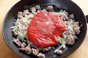 На оставшемся масле немного обжарьте (на среднем огне) фарш, лук и нарубленный чеснок. Через 5 минут добавьте томаты, сахар, посолите по вкусу.