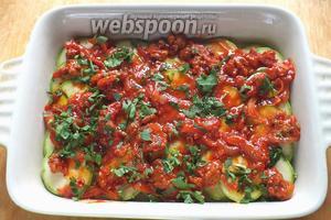 Выложите половину томатного соуса на кабачки. Повторите слой кабачков (чуть посолите), затем выложите вторую половину соуса. При желании можно сбрызнуть запеканку парой ложек нерафинированного оливкового масла для вкуса и аромата.