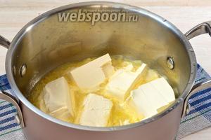 Маргарин (можно заменить сливочным маслом) порезать на кусочки и нагреть на лёгком огне до такого состояния, чтобы масса стала подтаявшей и нежной.