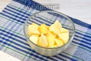 Яблоки очистить от семенной камеры и кожуры. Порезать кусочками. Сбрызнуть небольшим количеством подкисленной воды, в которой маринуется лук.