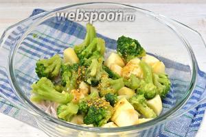 Соединить отжатый  от жидкости лук, яблоки, брокколи и заправку.