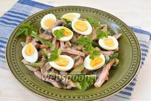 Выложить салат на блюдо. Сверху украсить отваренными половинками перепелиных яиц.