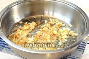 Лук очистить, порезать кубиком и обжарить на подсолнечном масле до лёгкой золотистости.