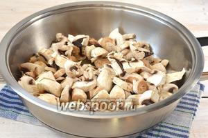Лук вытянуть таким образом, чтобы масло осталось в сковороде. Шампиньоны протереть салфеткой, порезать крупными кусочками и отправить в сковороду с маслом.
