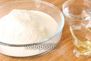 Из муки, соли и воды с добавлением растительного масла замесить упругое тесто. Дать тесту отдохнуть 5 минут.