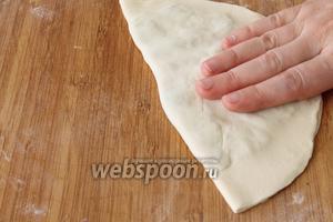Завернуть лепёшку и слегка похлопать ладонью , чтобы вышел воздух, иначе лепёшки при обжарке будут вздуваться.