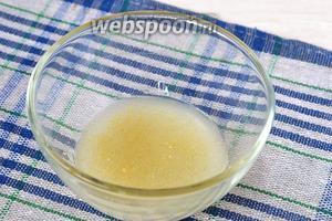 Желатин залить сывороткой и оставить на 15-20 минут для набухания.