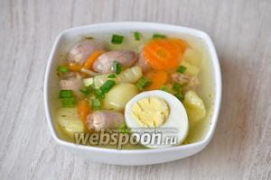 Разливаем суп по тарелкам и кладём по половинке отваренного куриного яйца как на фотографии. Приятного аппетита!