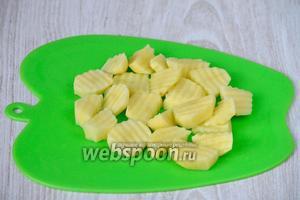 Сначала подготавливаем все необходимые для супа ингредиенты. Картофель нарезаем фигурным ножом.