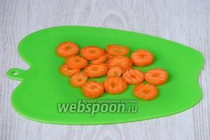 Мокровь нарезаем кольцами также как и картофель фигурным ножом. Так супчик получается на вид более аппетитным.