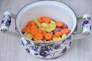 Кладём в кастрюлю морковь.