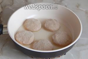 В сковороде разогреваем масло и обжариваем сырники с двух сторон примерно по 5 минут с каждой стороны (под закрытой крышкой — так быстрее сырники проготовятся).