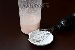 Оставшееся желе взбить с помощью венчика в пену. Чем дольше взбивать желе, тем плотнее выйдет пена. Если взбивать пену, поместив посуду в ледяную воду, процесс ускорится.