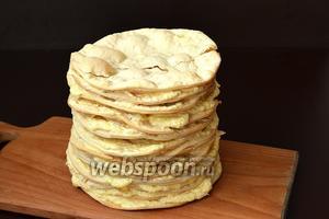 Промазать каждый корж 3-4 столовыми ложками крема. Сложить коржи стопкой