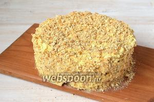 Во время пропитки под грузом торт очень просядет, пропитываясь при этом кремом. Обмазать готовый торт сверху и с боков кремом и посыпать крошкой из печенья или обрезков коржей. Торт готов.