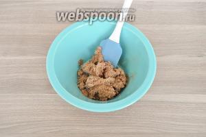 Масло взбить, добавить сгущённое молоко, продолжая взбивать, добавить какао и сахар.