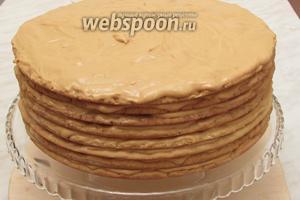 Такой торт можно покрыть сахарной мастикой, но тогда не выкладывать на верхний слой крем. Мы же всегда посыпали его тёртым шоколадом. Торт «Королевский» готов. Подавать к чаю. Приятного аппетита!