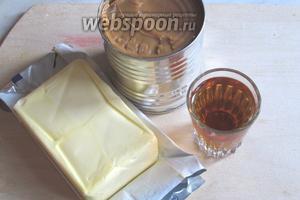 Пока готовятся коржи сделаем крем, для него нам понадобится ранее сваренная сгущёнка, коньяк, сливочное масло. Я всегда делаю 2 порции крема, поэтому в игридиентах указываю двойное количество.