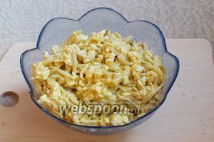 Салат с кальмарами готов. Подавать в салатнице или в порционных креманках, можно украсить зеленью. Приятного аппетита!