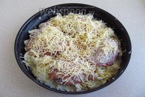 Залить капусту и бёдрышки бульоном со сметаной и посыпать сыром.