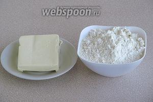 Для приготовления теста нужно взять пшеничную муку высшего сорта и сливочное масло.