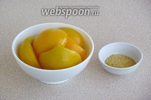Для приготовления заливки нужно взять консервированные персики в сиропе и желатин. Если персиковый сироп недостаточно сладкий, то можно добавить в него ещё и другой, более сладкий, сироп (у меня облепиховый).