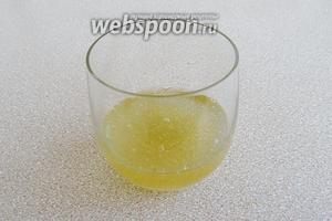 Желатин замочить в персиковом сиропе на 30 минут.