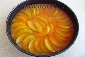 Залить персики желатиновой массой и поставить в холодильник для застывания.