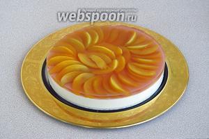 Снять с торта разъёмную форму.