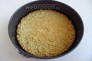 Выпекать корж в течение 30 минут в духовке, разогретой до температуры 180 °С. Корж остудить, не вынимая из формы, и оставить его в ней для дальнейшей сборки торта.
