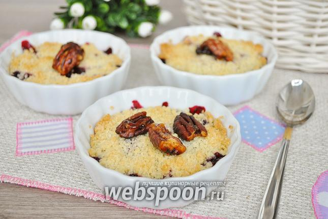 Фото Ягодный крамбль с кокосовым штрейзелем и орешками пекан