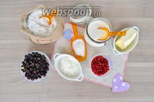 Подготовим продукты, масло надо брать замороженное, сахар, крахмал, ягоды замороженные, мука, крахмал, сахарная пудра, орешки.
