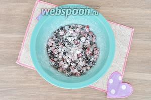 Ягоды перемешать в миске с крахмалом и сахарной пудрой.
