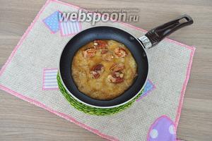 Бросить в сковороду орешки и покрыть карамелью, затем орешки вынуть.