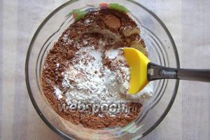 В глубокой миске смешиваем муку, какао, сахар и разрыхлитель.