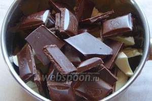 Далее беёем жароустойчивую миску, в неё кладём сливочное масло и шоколад, топим его на водяной бане до однородности.