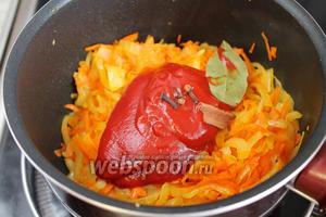 Добавить томатное пюре, лавровый лист, гвоздику и кусочек корицы.