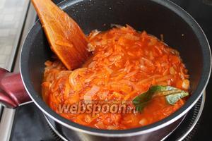 Влить уксус и воду, чтобы смесь получилась кашеобразной консистенции. Если томат кисловат — добавить сахар, прокипятить и подсолить.