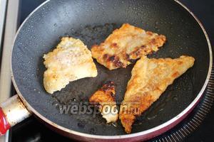Обжарить на сковороде с разогретым маслом с обеих сторон.