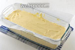Выложить творожную массу в кексовую форму, выложенную кулинарной бумагой.