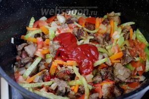Перемешать и добавить томатное пюре (пасту, соус). Перемешать, немного потушить.