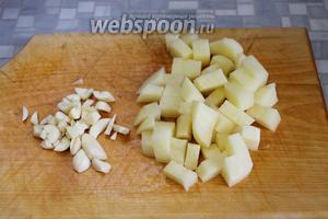 Нарезать кубиками картофель. Мелко нарезать чеснок, чуть раздавить его тыльной стороной ножа.