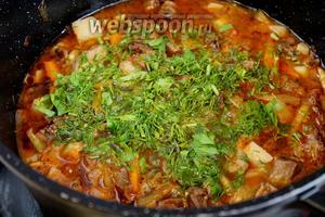 Добавить зелень в казан и отключить плиту. Дать немного настояться под крышкой. Разложить в глубокие тарелки лапшу и залить подливой с мясом и овощами.